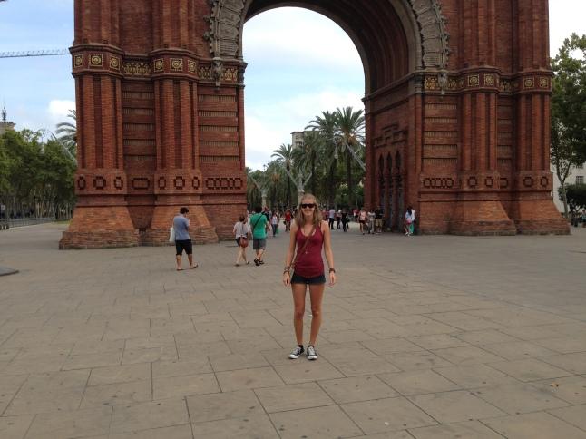 Claudia voor de Arc de triomf barcelona
