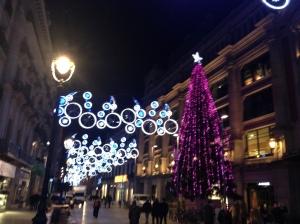 Kertsverlichting in Port d'Angel, een grote winkelstraat in Barcelona