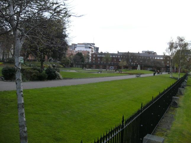 Het parkje voor de ingang van de kathedraal