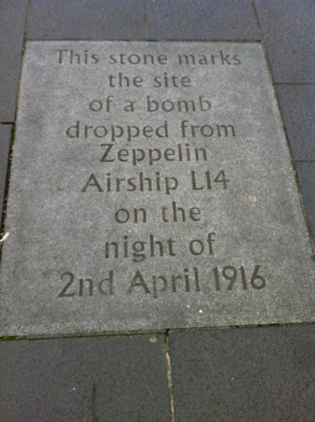 Deze steent markeert de plaats waar een bom werd gedropt vanuit Zeppelin Airship L14 op 2 april 1916